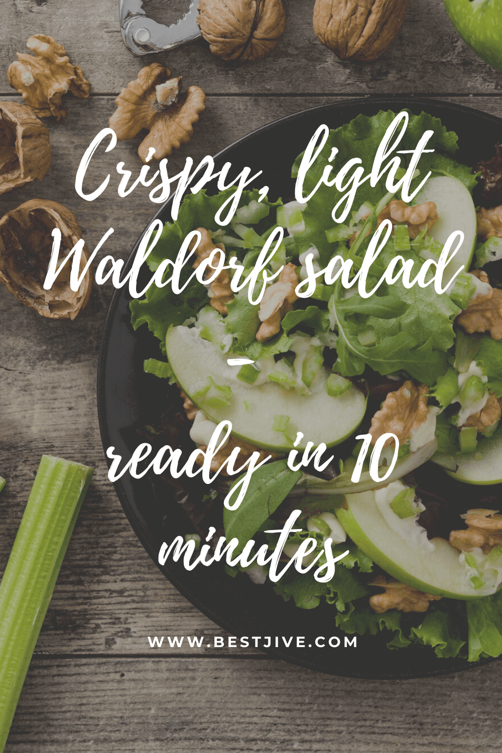 Crispy, light Waldorf salad with apples and lots of nuts: a lunch ready in 10 minutes